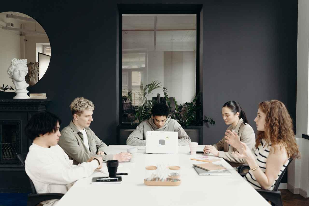 2:職場の足の引っ張り合いはなくなる?